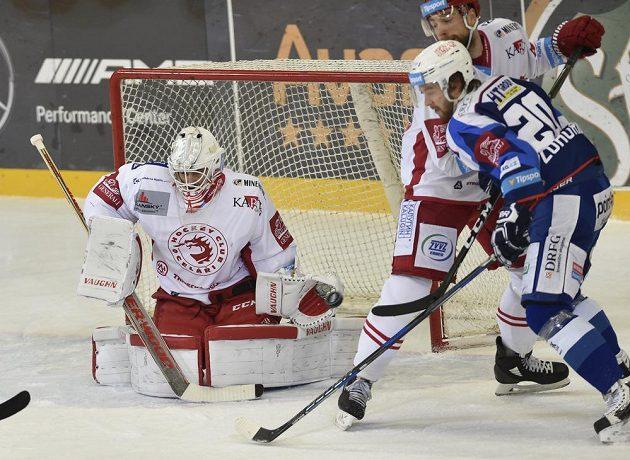 Brankář Třince Peter Hamerlík je připravený zasáhnout v utkání 27. kola hokejové extraligy. Zprava přihlížejí Hynek Zohorna z Brna a Tomáš Marcinko z Třince.