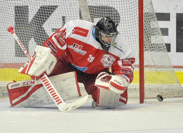 Brankář Olomouce Jan Lukáš v akci během čtvrtfinále play off.