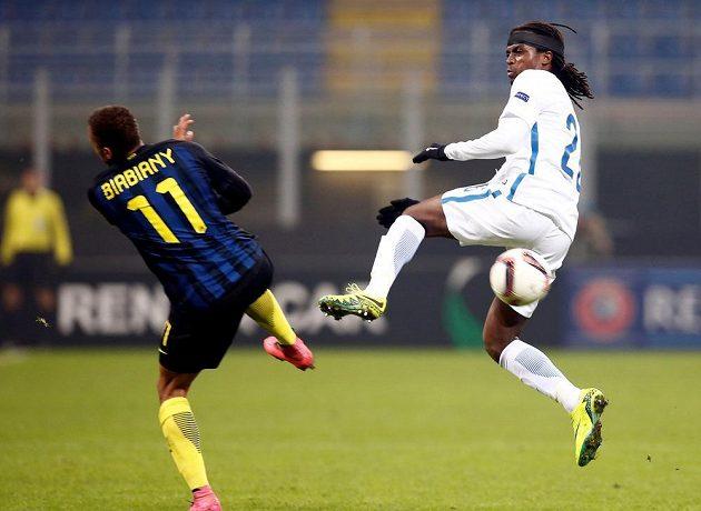 Costa (v bílém) ze Sparty v tvrdém souboji s Jonathanem Biabianym z Interu Milán.