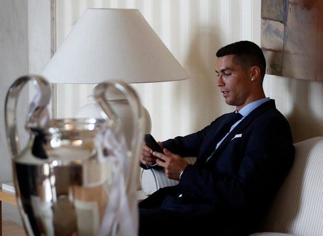 Společnost dělal Cristianu Ronaldovi pohár pro vítěze Ligy mistrů. Hvězda Realu Madrid si ho ale moc nevšímala.