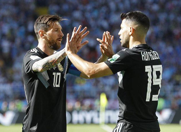 Sergio Agüero (vpravo) přijímá gratulace od Lionela Messiho gratulace ke svému gólu proti Islandu.