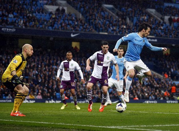 David Silva (vpravo) z Manchesteru City se zklouší prosadit proti obraně Aston Villy.