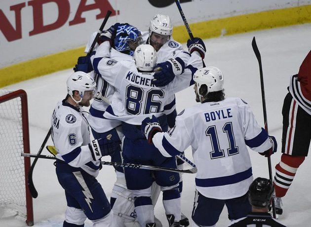 Hokejisté Tampy Bay oslavují vítězství na ledě Chicaga ve třetím finálovém duelu Stanleyova poháru.