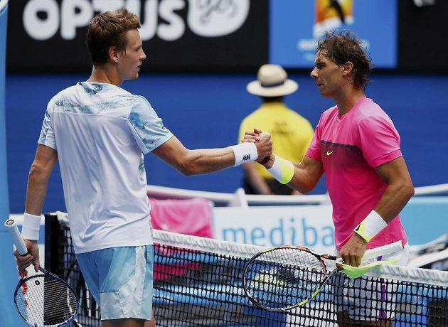 Španělský tenista Rafael Nadal (vpravo) gratuluje Tomáši Berdychovi k postupu do semifinále Australian Open.