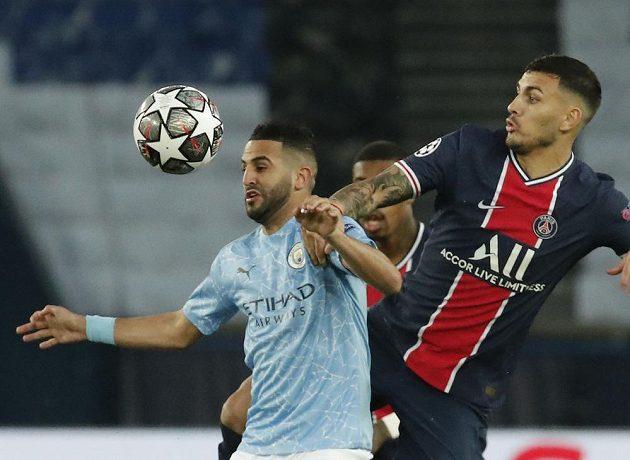 Leandro Paredes (vpravo) z PSG Rijad Mahriz z Manchesteru City.