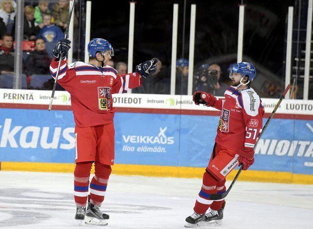 Střelec třetího českého gólu Jan Rutta (vlevo) přijímá gratulace od Romana Horáka.