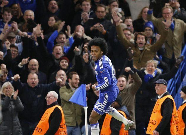 Záložník Chelsea Willian se raduje ze vstřeleného gólu proti Portu.