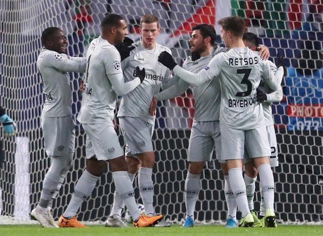 Fotbalista Bayeru Leverkusen Kevin Volland slaví se spoluhráči gól v síti Lokomotivu Moskva, který padl v utkání Ligy mistrů.