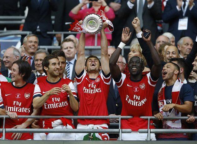 Tomáš Rosický (vlevo) oslavuje se spoluhráči z Arsenalu zisk FA Cupu.