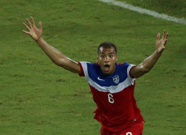 Americký fotbalista John Brooks se raduje ze vstřelení gólu proti Ghaně.