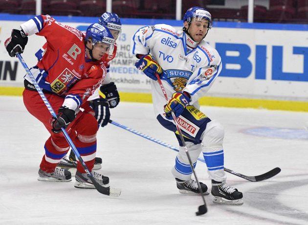 Václav Nedorost (vlevo) atakuje finského centra Ilariho Filppulu.