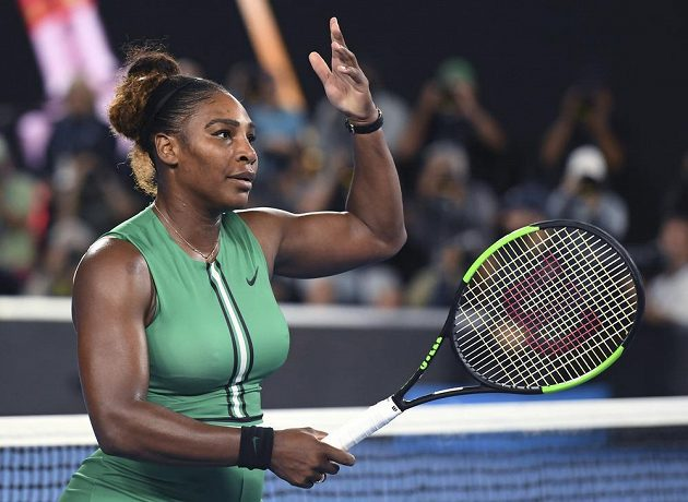 Serena Williamsová zdraví fanoušky po vítězství v osmifinále na Australian Open.