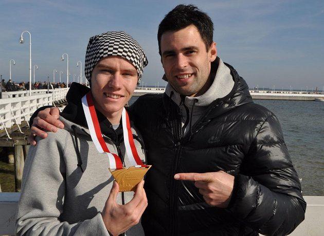 Pavel Maslák (vlevo) pózuje se zlatou medailí, kterou vybojoval v běhu na 400 metrů na halovém mistrovství světa v polských Sopotech. Společnost mu dělá tyčkař Jan Kudlička (vpravo), který si ze šampionátu veze bronz.