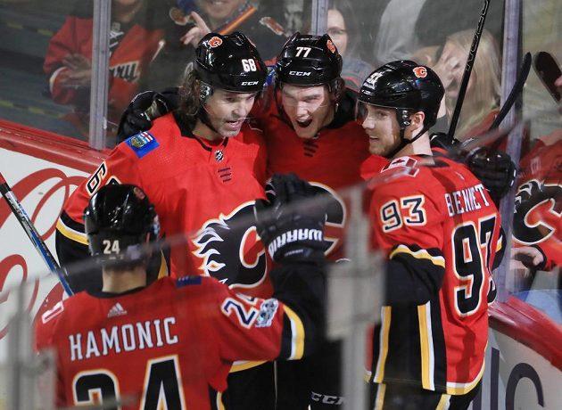 Radost hokejistů Calgary ze vstřeleného gólu. Vlevo český útočník Jaromír Jágr (68).