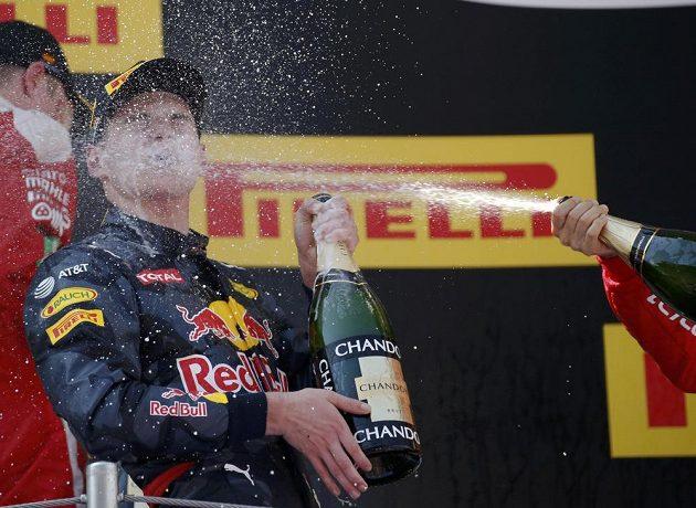 Nejmladší vítěz závodu formule 1 Max Verstappen dostává spršku šampaňským.
