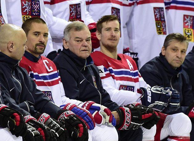 zleva Jiří Kalous, Tomáš Plekanec, Vladimír Vůjtek, Roman Červenka a Josef Jandač během týmového fotografování.