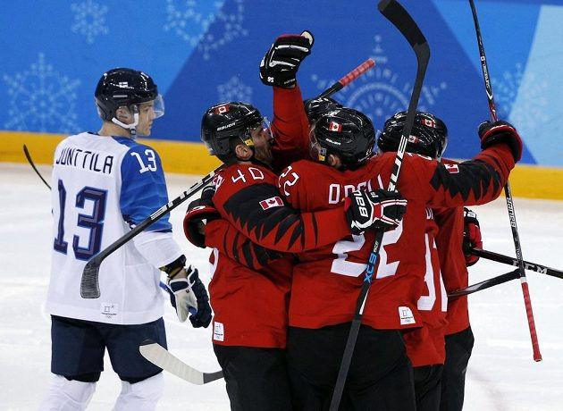 Hokejisté Kanady se radují z jediného gólu, který ve čtvrtfinále olympijského turnaje proti Finům vstřelil obránce Noreau.