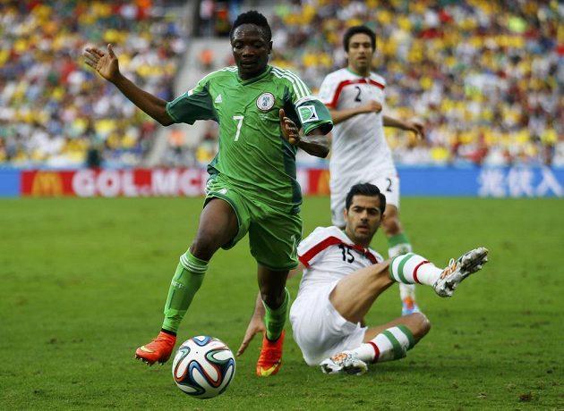 Íránský obránce Pažmán Montazerí (č. 15) se snaží zastavit Nigérijce Ahmeda Musu (vlevo).
