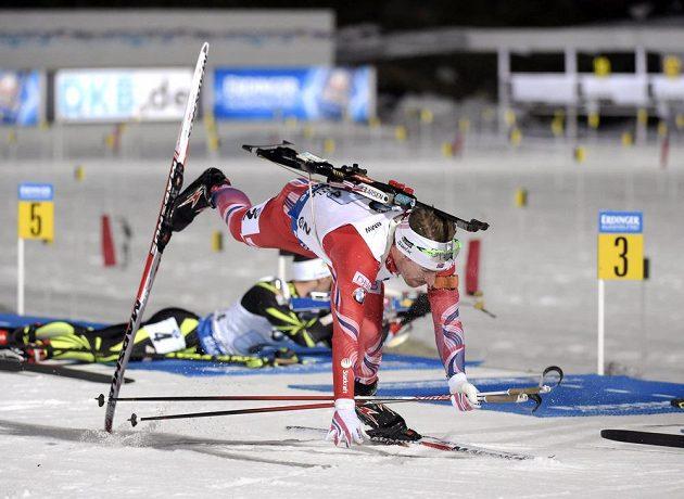 Problémy norského biatlonisty Svendsena po odjezdu ze střelnice.