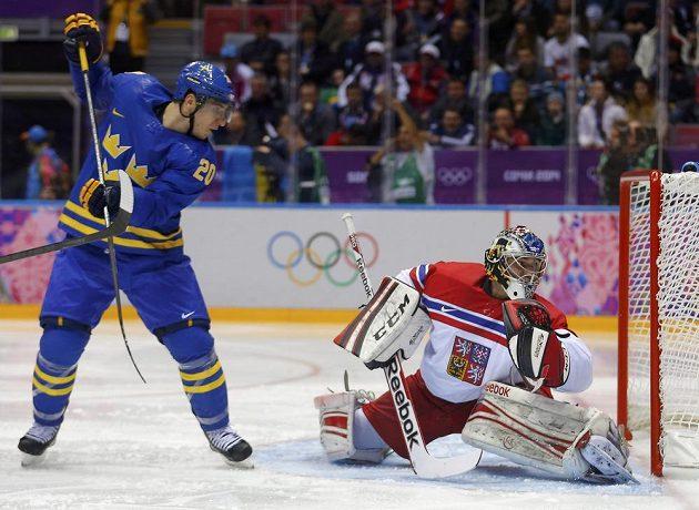 Švéd Alexander Steen sleduje, jak střela Henrika Zetterberga končí potřetí za zády brankáře Jakuba Kováře.