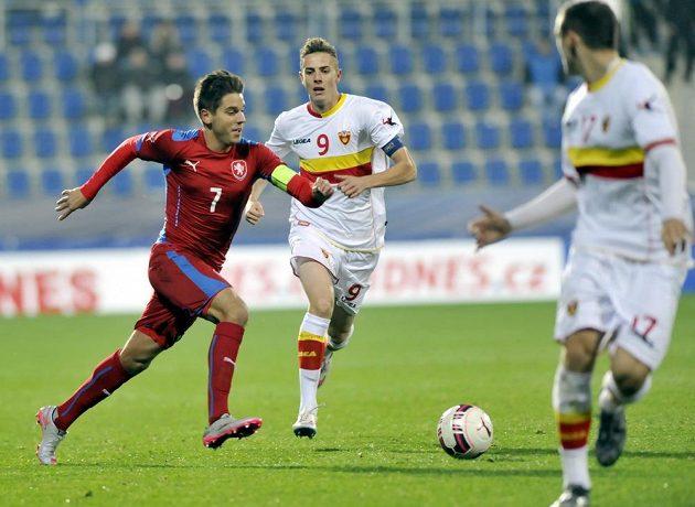 Český záložník Aleš Čermák (vlevo) během zápasu s Černou Horou.