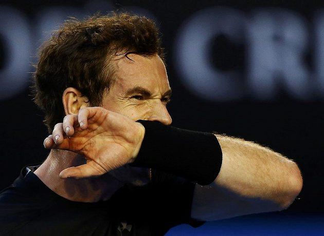 Britský tenista Andy Murray si utírá pot během semifinále v Melbourne proti Tomáši Berdychovi.