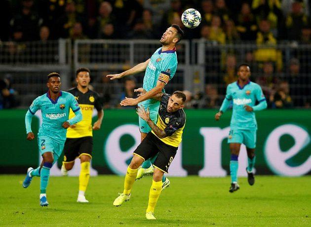 Barcelonský Sergio Busquets v akci v utkání Ligy mistrů s Borussií Dortmund.