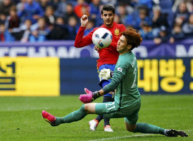 Španělský útočník Álvaro Morata střílí gól.