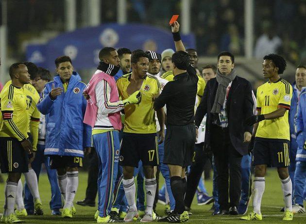 Kolumbijec Carlos Bacca dostává červenou kartu od sudího Enriqueho Ossese po utkání s Brazílií.