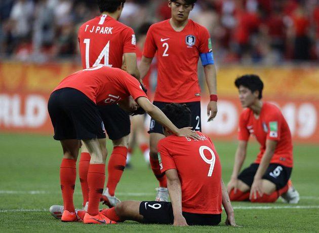 Zklamání jihokorejských fotbalistů po porážce ve finále MS hráčů do 20 let.