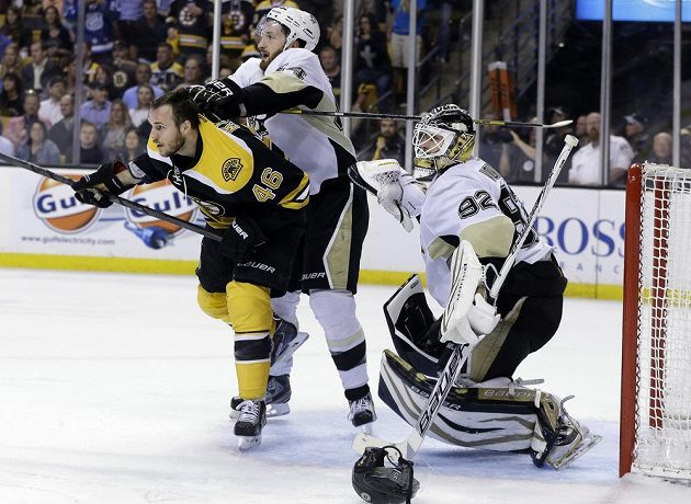 Bek Penguins Brooks Orpik (uprostřed) se snaží zastavit Davida Krejčího, který clonil brankáři Tomáši Vokounovi.