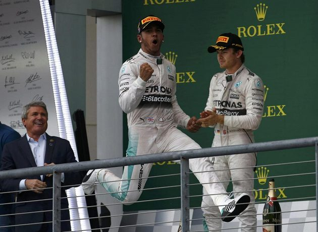Staronový mistr světa Lewis Hamilton (vpředu). Za ním jeho stájový kolega z Mercedesu Nico Rosberg.