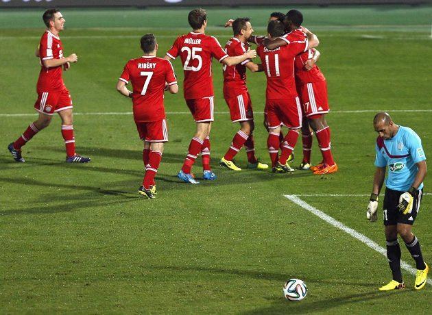 Fotbalisté Bayernu Mnichov se radují z branky proti Casablance.