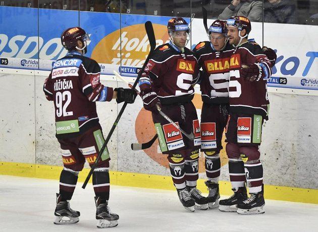 Hráči Sparty (zleva) Vladimír Růžička, Andrej Kudrna, Robert Říčka a Jeremie Blain se radují z gólu.