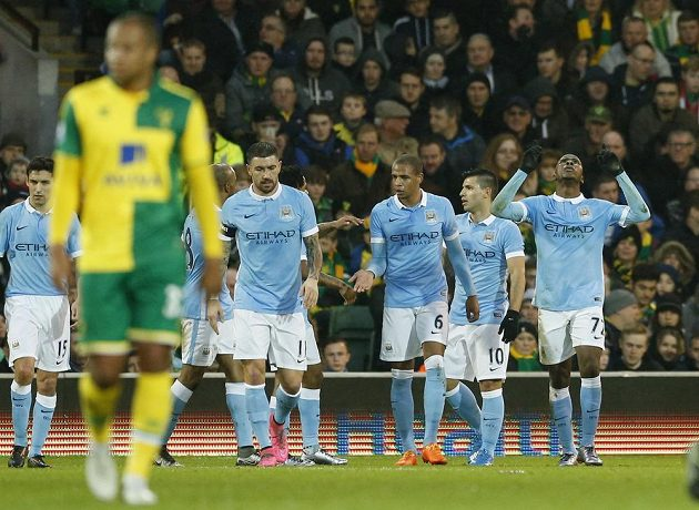 Útočník Manchesteru City Kelechi Iheanacho (vpravo) se raduje se spoluhráči z gólu proti Norwichi.