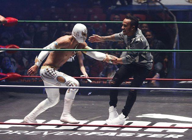 Brit Lewis Hamilton (vpravo) si na vlastní kůži zkusil Lucha Libre wrestling. Mexickou specialitu, kdy bojovníci zahalí tvář maskami známých postav.