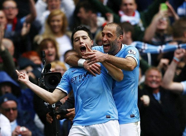 Záložník Manchesteru City Samir Nasri (vlevo) slaví se spoluhráčem Pablem Zabaletou gól proti West Hamu ve 38. kole Premier League.