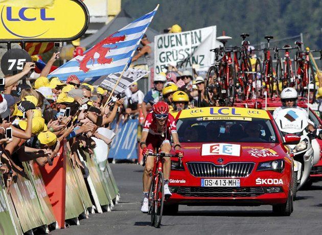 Rus Ilnur Zakarin si dojíždí pro vítězství v sedmnácté etapě Tour de France.