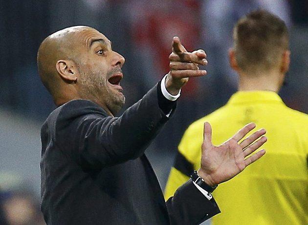 Trenér Bayernu Pep Guardiola dává pokyny svým svěřencům v odvetě čtvrtfinále Ligy mistrů s Manchesterem United.