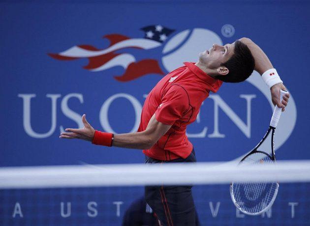 Srb Novak Djokovič podává během finále US Open proti Rafaelu Nadalovi.