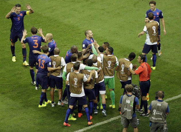 Fotbalisté Nizozemska slaví spolu s náhradníky zisk bronzových medailí na MS v Brazílii.