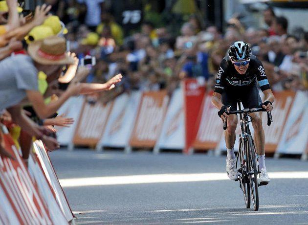 Chris Froome spěchá do cíle osmé etapy Tour de France.