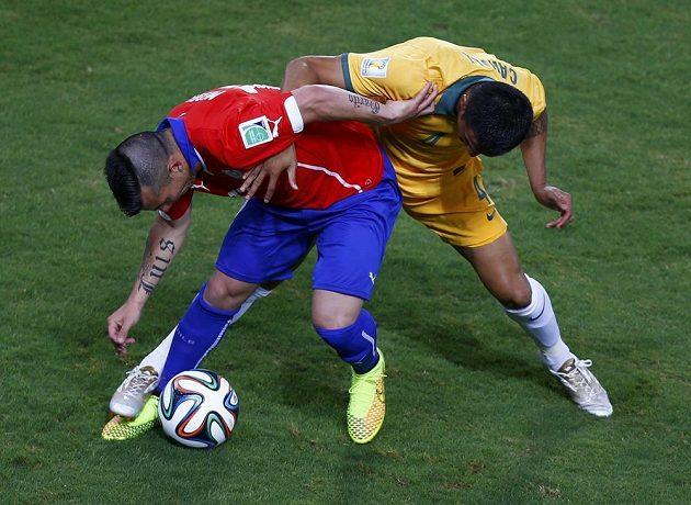 Medel z Chile (vlevo) v ostrém souboji s australským matadorem Cahillem.