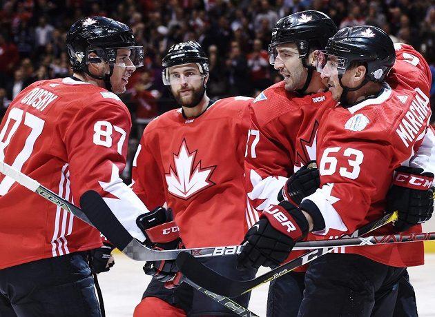 Kanaďané (zprava) Brad Marchand, Patrice Bergeron, Alex Pietrangelo a Sidney Crosby se radují z gólu proti Výběru Evropy.