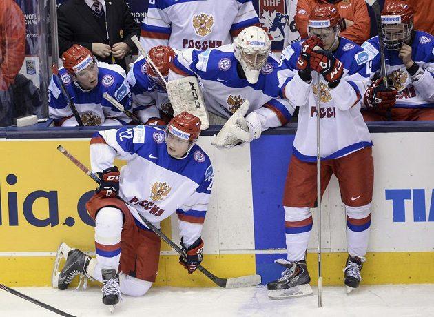 Zklamaní hokejisté Ruska po porážce od Kanady ve finále MS do 20 let.