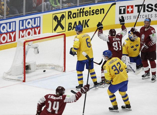 Lotyš Roberts Bukarts (vlevo) využívá přesilovku proti Švédům.