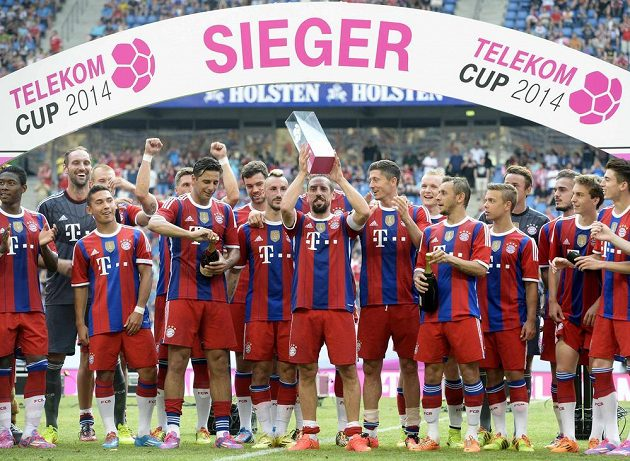 Fotbalisté Bayernu Mnichov se radují z první trofeje v nové sezóně - prvenství v Telekom Cupu.