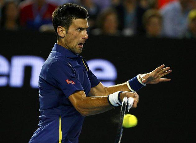 Srb Novak Djokovič při semifinále Australian Open se Švýcarem Rogerem Federerem.