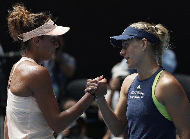 Madison Keysová (vlevo) z USA gratuluje své přemožitelce Angelique Kerberové k postupu do semifinále Australian Open.