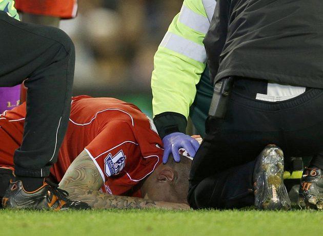 Lékaři ošetřují Martina Škrtela po nešťastném zákroku Oliviera Girouda.